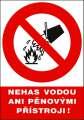 Tabulka - Nehas vodou ani pěnovými přístroji!